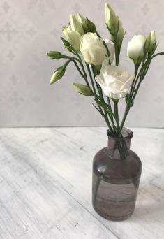 Fleurs et soliflore. Petit vase. Fleurs d'automne