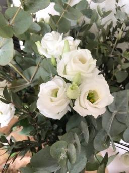 Bouquet de fleurs fraîches et feuilles d'eucalyptus