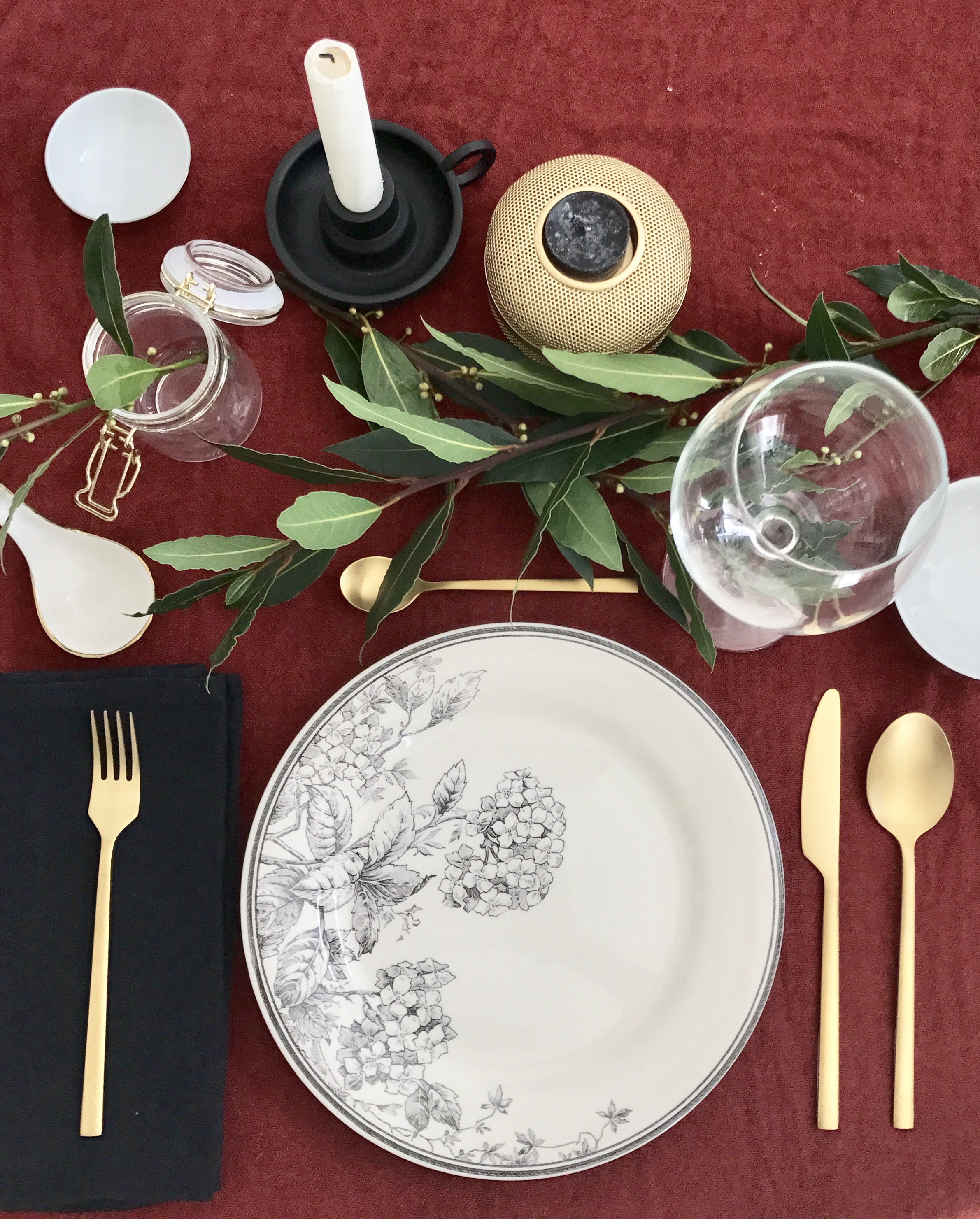 Table d'automne ; assiette, couverts et photophore : monoprix. Verre et chandelier noir : Ikéa ; bols, cuillère de présentation, bocal : Casa.