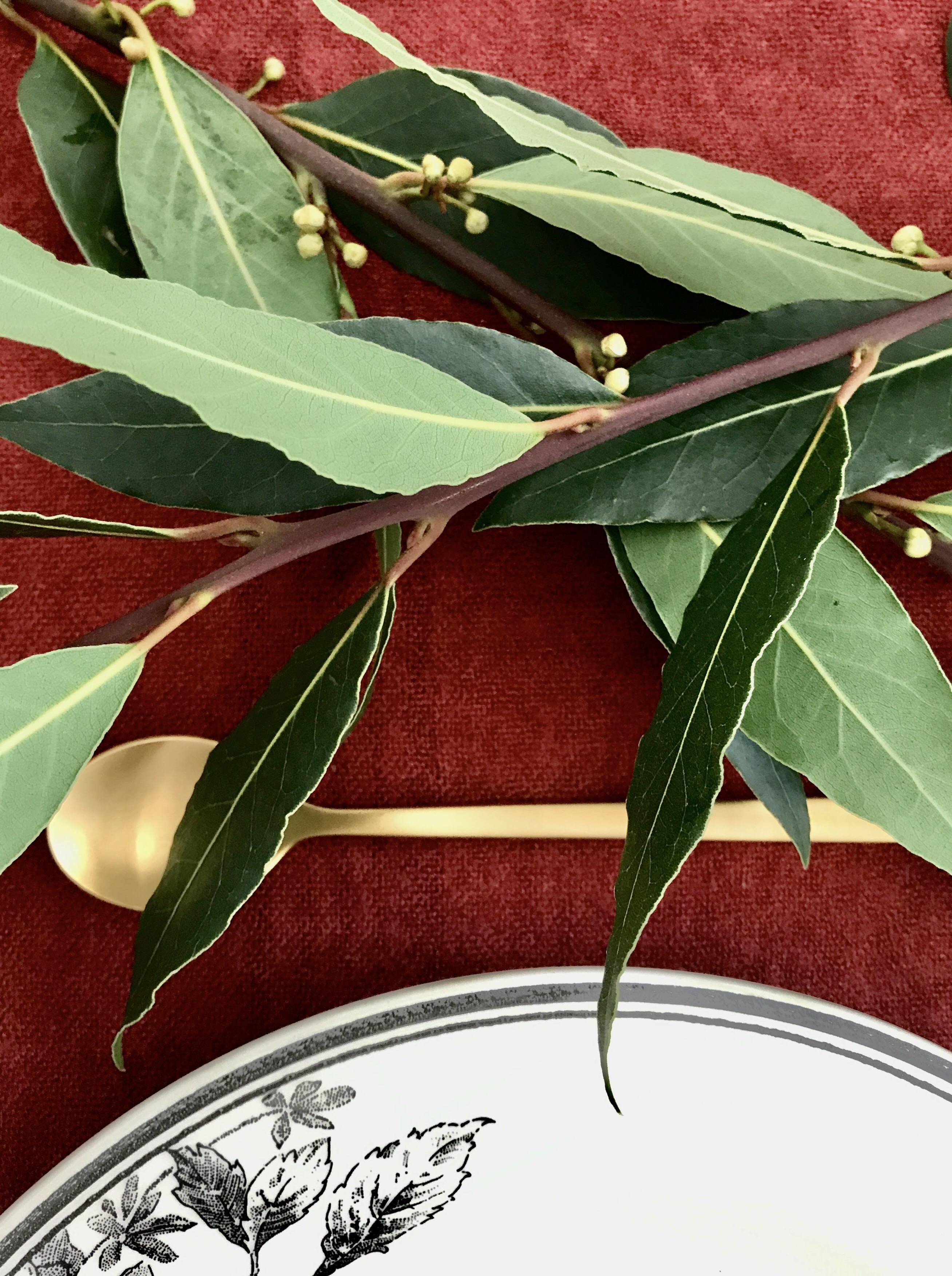 Table d'automne : couvert doré, écharpe