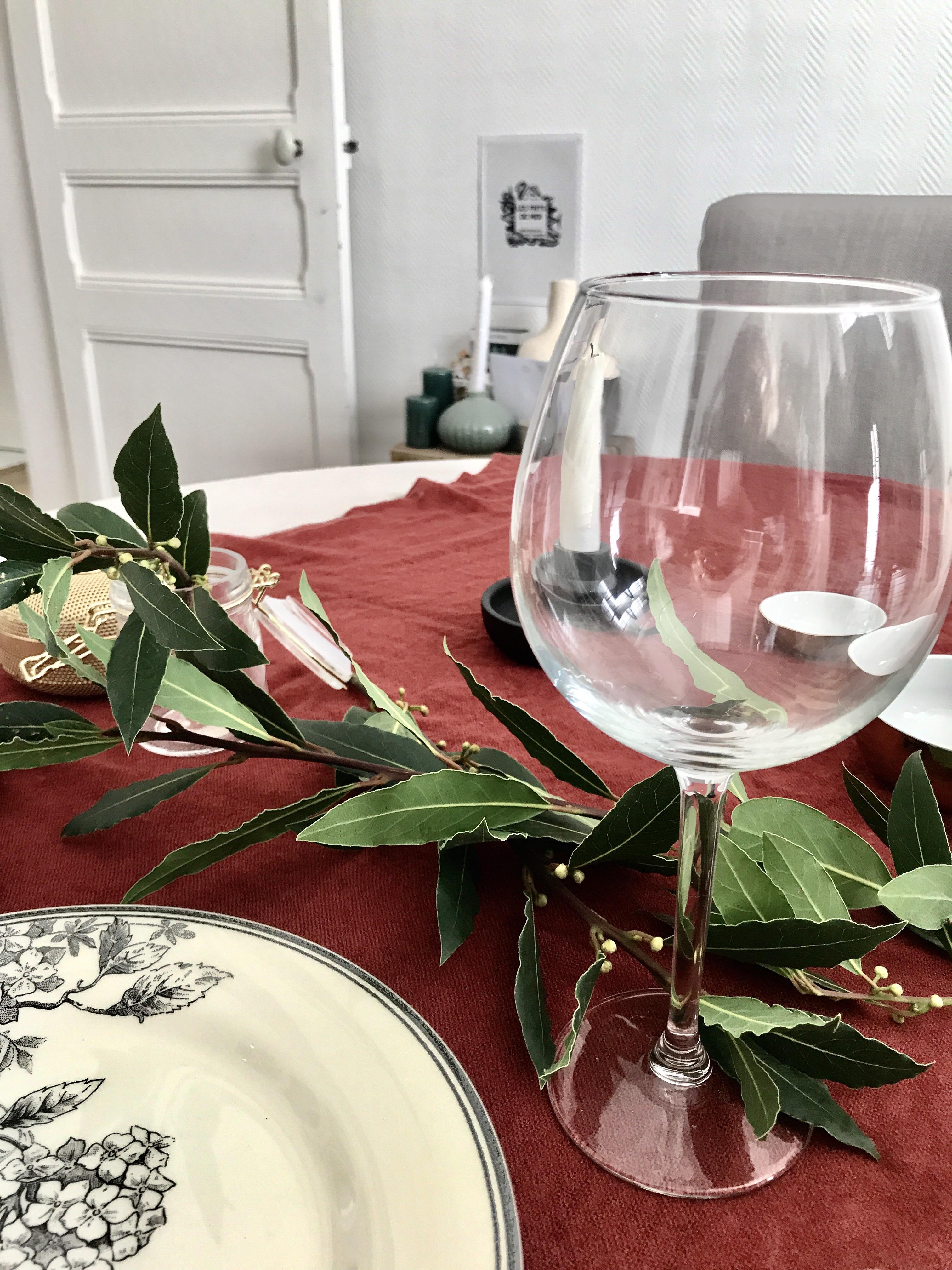 Table d'automne ; assiette : Monoprix. Verre et chandelier noir : Ikéa ; bols et bocal : Casa.