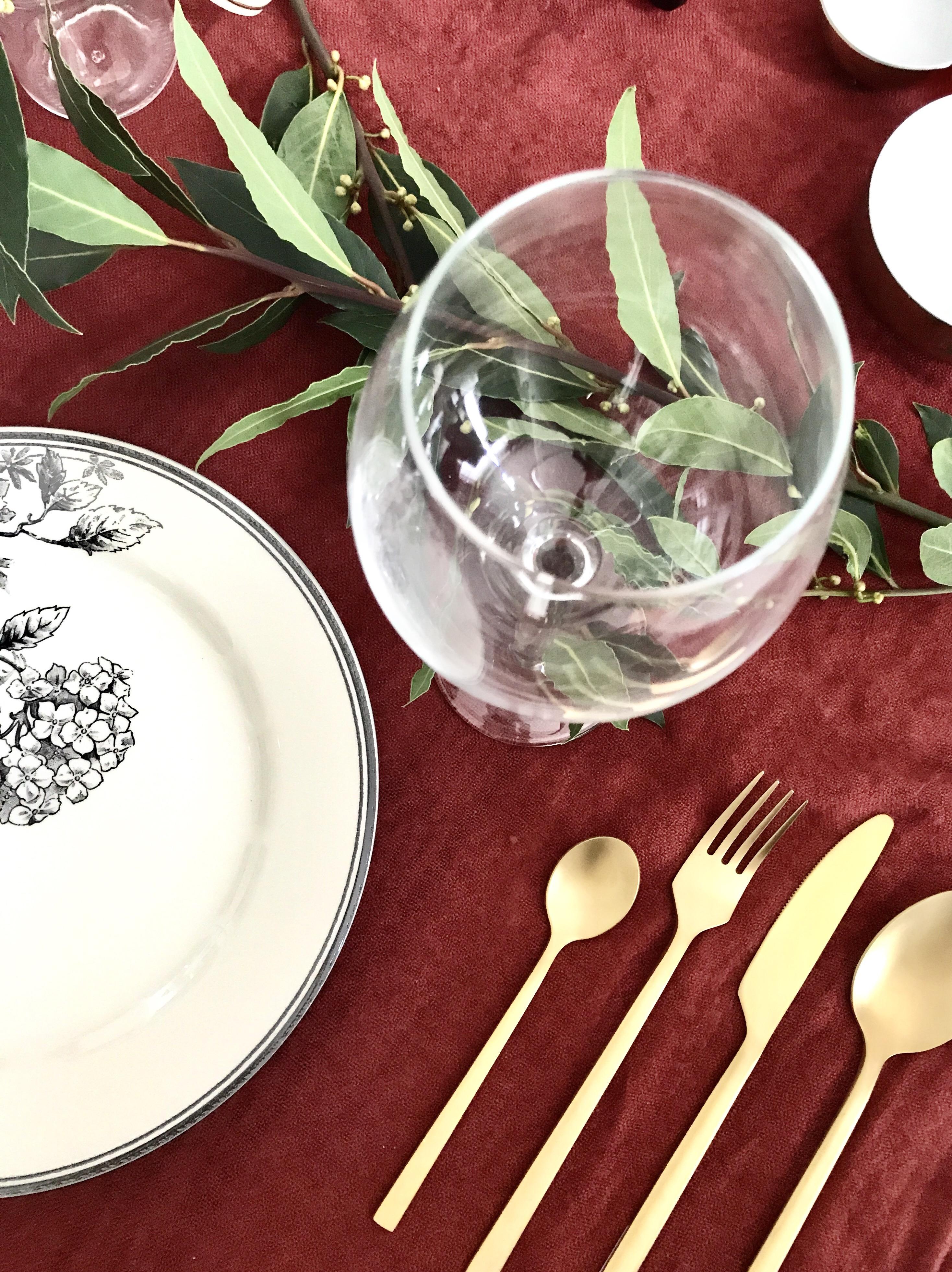 Table d'automne ; assiette, couverts dorés : monoprix. Verre : Ikéa ; bols : Casa.