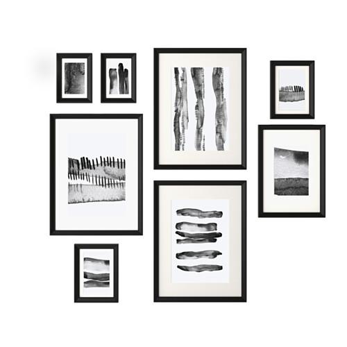 Cadres noirs et images en noir et blanc. Mur de cadres
