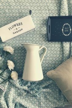 Flatlay. Carafe, fleurs.