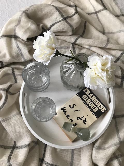plateau, fleurs et carafe en verre