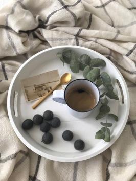 Café, plateau, feuilles