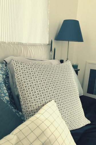 Lit douillet et oreillers confortables et déco