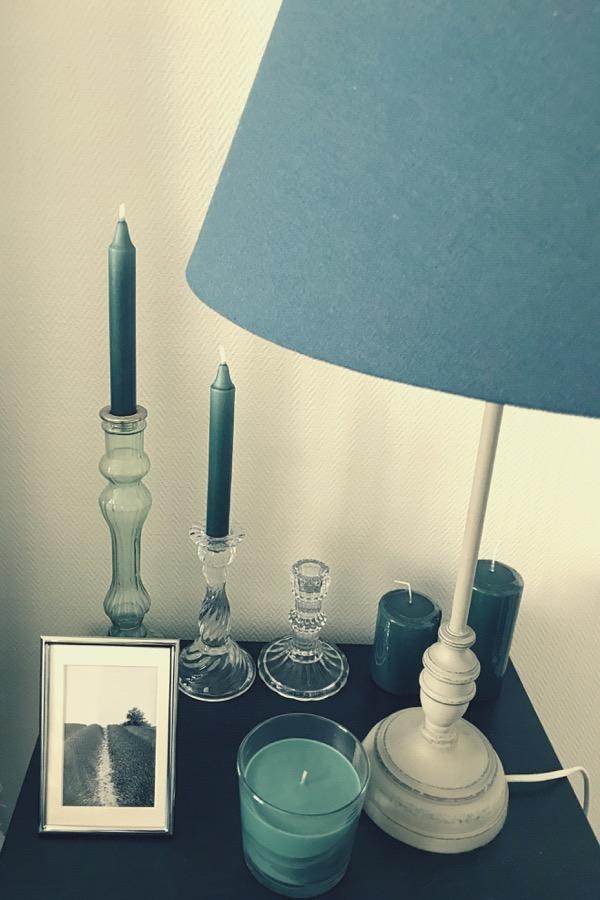 Ma table de nuit avec lampe et bougies