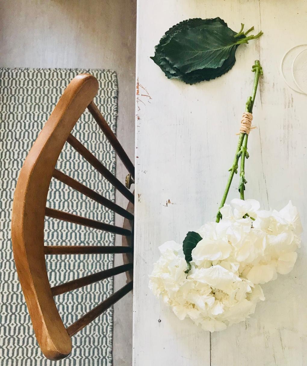 Hortensias et bureau blanc