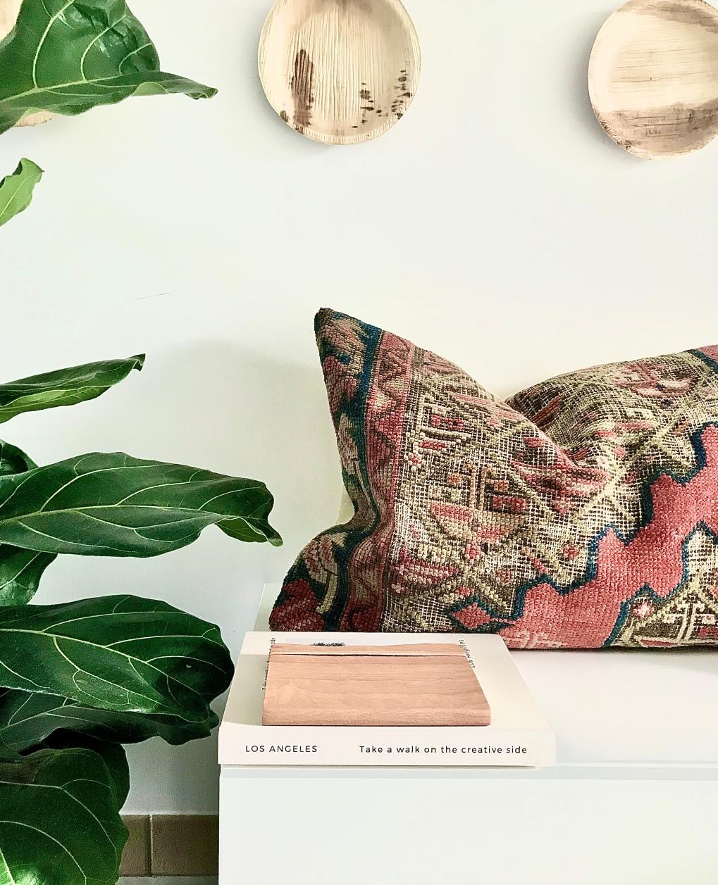 Coussin kilim Mae Woven. Coloris chauds pour rehausser une décoration sobre et neutre.